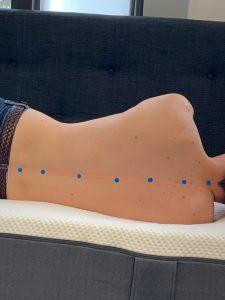 Bilden visar hur ryggradsanpassning fungerar för en sidosovare. Detta mäts med en laser.